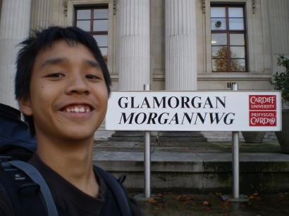 Me @ a Glamorgan/Morgannwg sign representing Morgannwg house